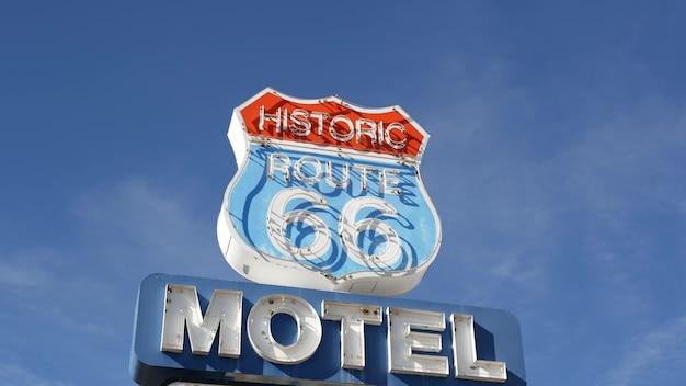 Motel retro zeichen auf historischer route 66. neonschild in der wüste von arizona