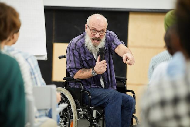 Motivationsbehinderter redner auf der konferenz