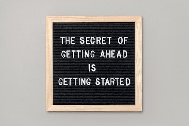 Motivationszitat auf schwarzem briefkarton auf grau