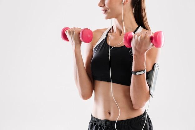 Motivierte fitnessfrau in sportbekleidung