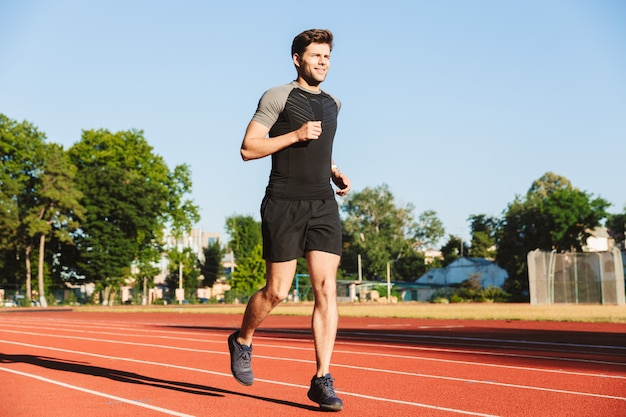 Motivierter junger sportler beim laufen