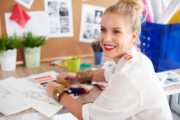 Motivierter modedesigner zum erfolg