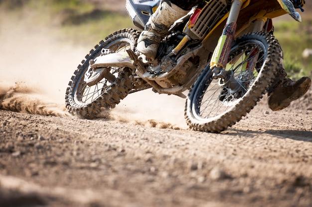 Motocross-fahrradrennengeschwindigkeit und -macht im extremen mannsport, sportaktionskonzept