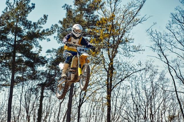 Motocross-konzept, ein biker geht ins gelände und macht extremes skifahren. auf der suche nach adrinalin, sportkonzept. gefährlicher sport.