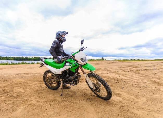 Motocross-rennfahrer auf landschaft