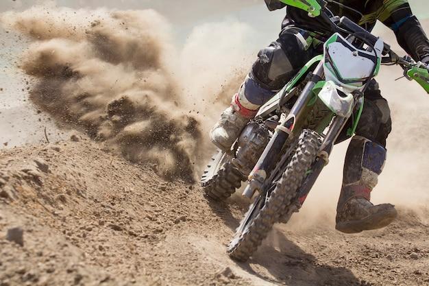 Motocross-rennfahrer beschleunigt die geschwindigkeit auf der strecke