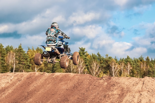 Motocross-wettbewerb, mann springt mit quad