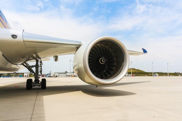 Motor des modernen passagierflugzeugflugzeugs. rotierende lüfter- und turbinenschaufeln.