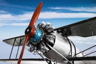 Motor- und Propellernahaufnahme vom Retro- Flugzeug