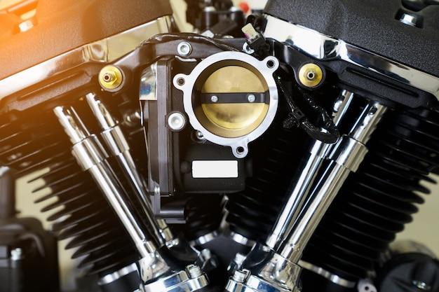 Motorabdeckung cyclinder kopf des motocycle motors. motomotor motorteil mit sonnenlicht.