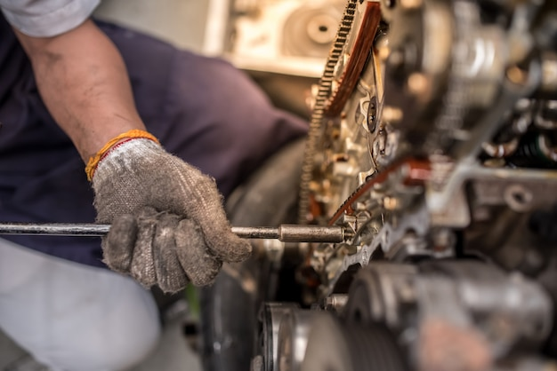 Motorblock und kurbelwelle auf einem tisch in der werkstatt öffnen