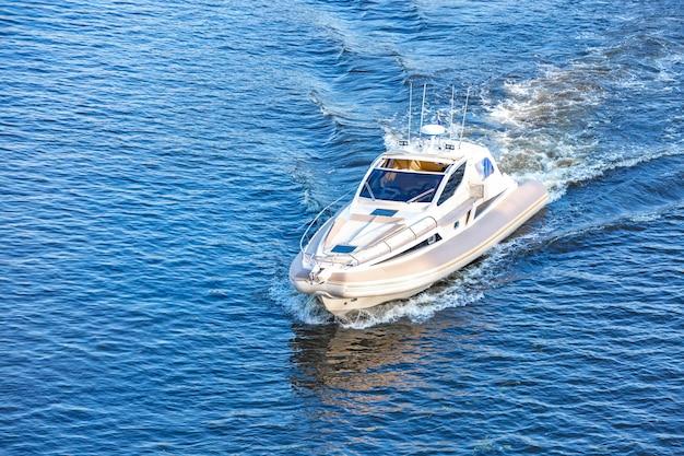Motorboot auf dem fluss