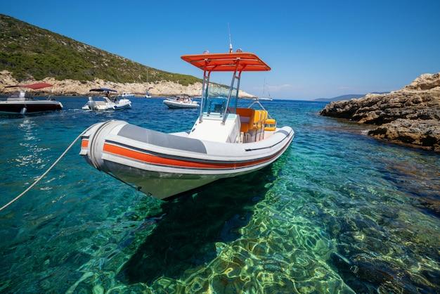 Motorboot auf klarem meerwasser in hvar, kroatien.