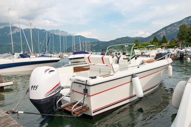 Motorboot im hafen von saint jorioz am lake annecy
