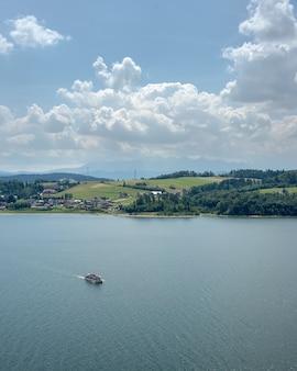 Motorboot im meer mit einer grünen landschaft an der küste