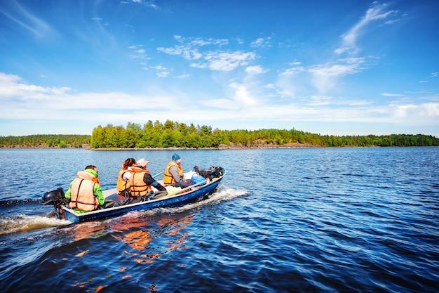 Motorboot mit menschen
