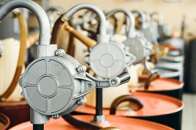 Motorenöl in fässern mit pumpe zuhause mit kopienraum.