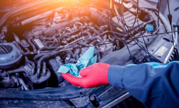 Motorölwechsel. autoreparatur. autoservice