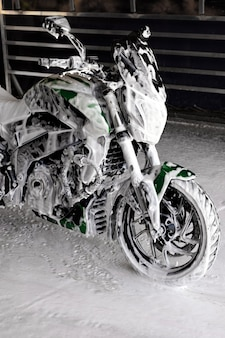 Motorrad beim waschen in der seife