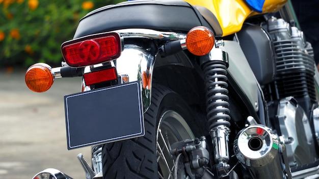 Motorrad bigbike brems- und blinklicht und motorgehäuse aus high-tech-metall.
