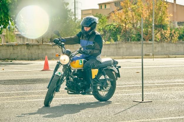 Motorrad, das von einem mädchen gefahren wird, das das fahren auf einer strecke übt