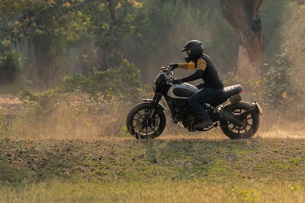 Motorrad fahren auf der straße. spaß haben, die leere straße auf einem motorrad zu fahren.