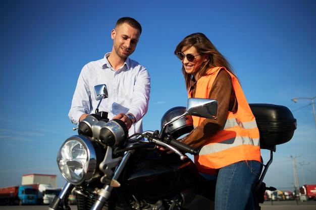 Motorrad fahren lernen. Premium Fotos