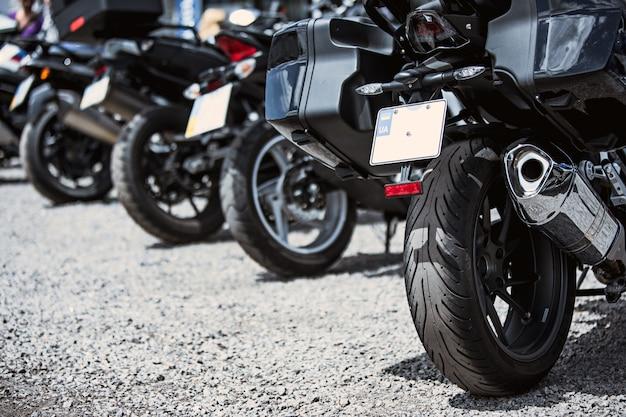 Motorrad luxusartikel nahaufnahme: scheinwerfer, stoßdämpfer, rad, flügel, toning.
