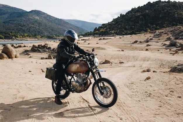 Motorradfahrer auf offroad-schotterweg