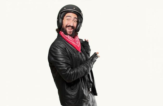 Motorradfahrer, der auf die seite zeigt