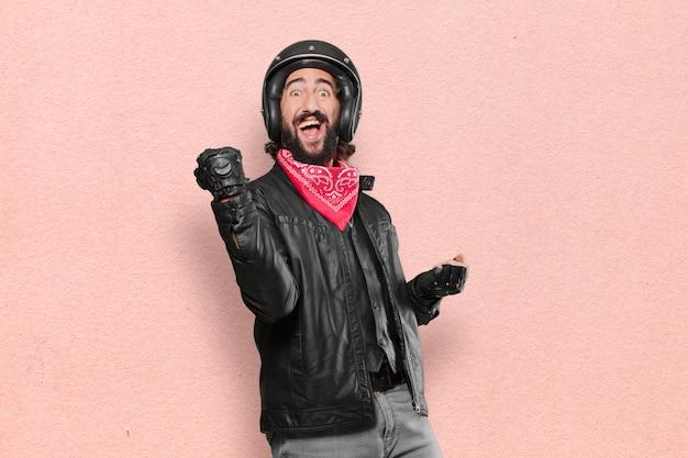Motorradfahrer, der einen sieg feiert