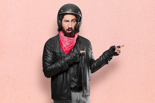 Motorradfahrer, der zeichen zeigt