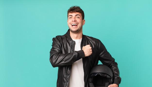 Motorradfahrer, die sich glücklich, positiv und erfolgreich fühlen, motiviert sind, sich einer herausforderung zu stellen oder gute ergebnisse zu feiern