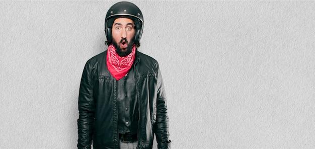 Motorradfahrer erschrocken und geschockt