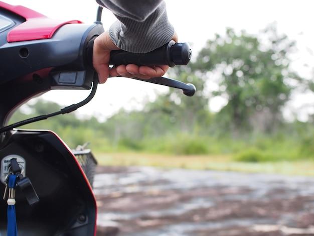 Motorradfahrer fahren ein motorrad