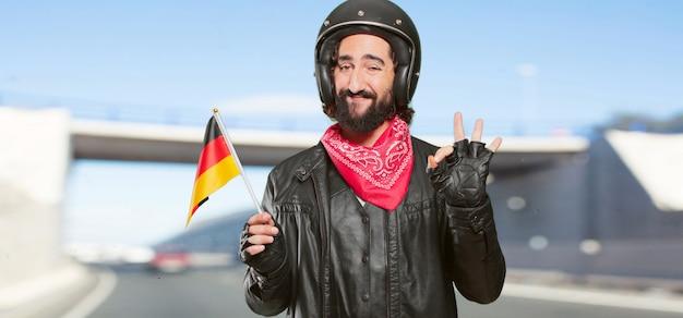 Motorradfahrer mit deutschland-flagge