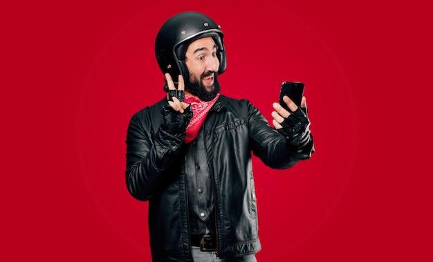 Motorradfahrer mit einem intelligenten telefon