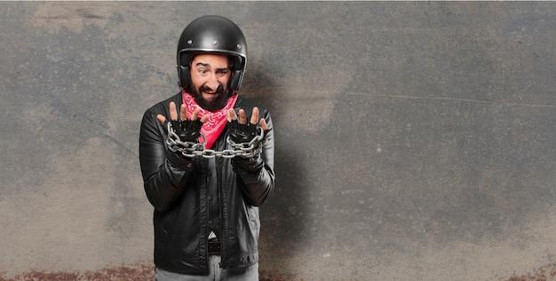 Motorradfahrer mit einer stahlkette