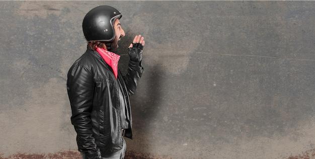 Motorradfahrer schreien und wütend