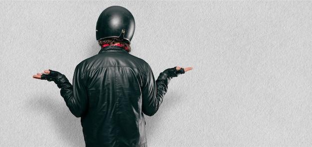 Motorradfahrer zurück darstellen