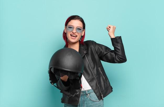 Motorradfahrerkonzept der roten haare coole frau