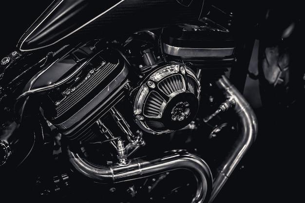 Motorradmotormotor-auspuffrohrkunstphotographie im vintagen schwarzweiss-ton