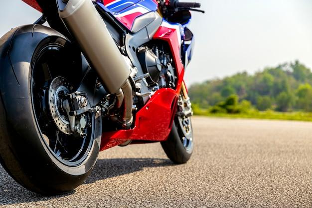 Motorradparken auf der straße fahren