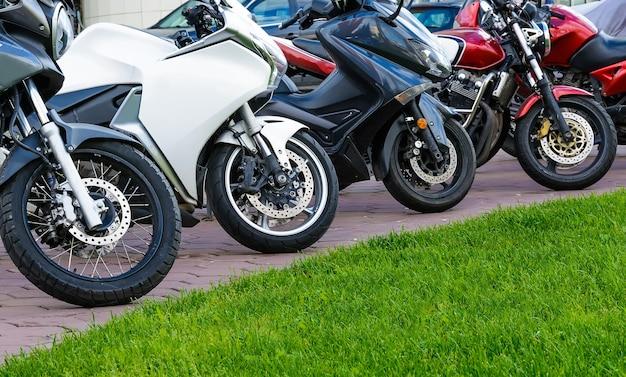 Motorräder stehen in einer reihe auf dem stadtparkplatz