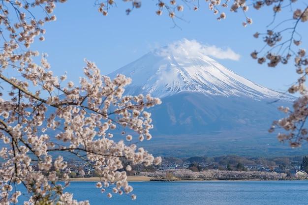 Mount fuji mit schnee bedeckt