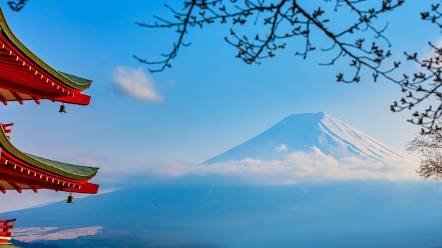 Mount fuji, roter chureito-pagodentempel in japan