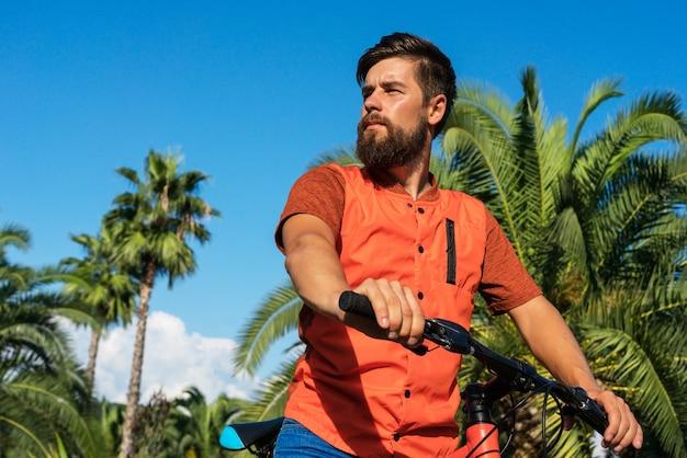Mountainbike fahren im tropischen urlaub. glücklicher mann.