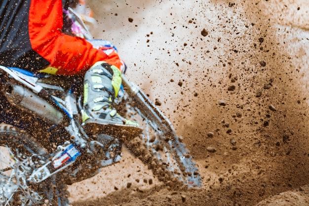 Mountainbike-rennen auf sandbahn