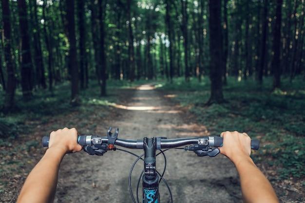 Mountainbiken bergab schnell mit dem fahrrad absteigend. blick aus den augen des bikers.
