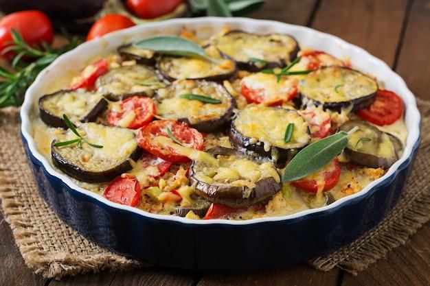 Moussaka (auberginenkasserolle) - ein traditionelles griechisches gericht